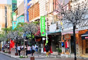Siam Square: the place to be for teens Cr:www.eugenegoesthailand.com